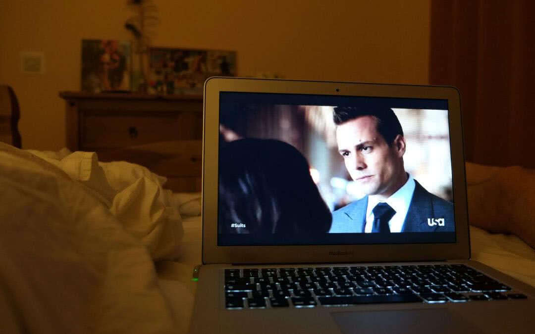 Смотрит фильм на ноутбуке