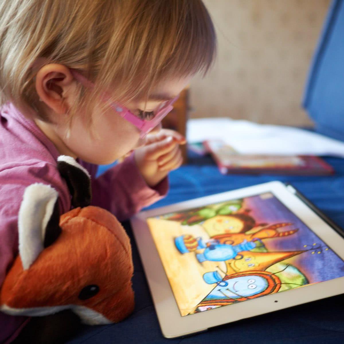 Ребенок смотрит планшет