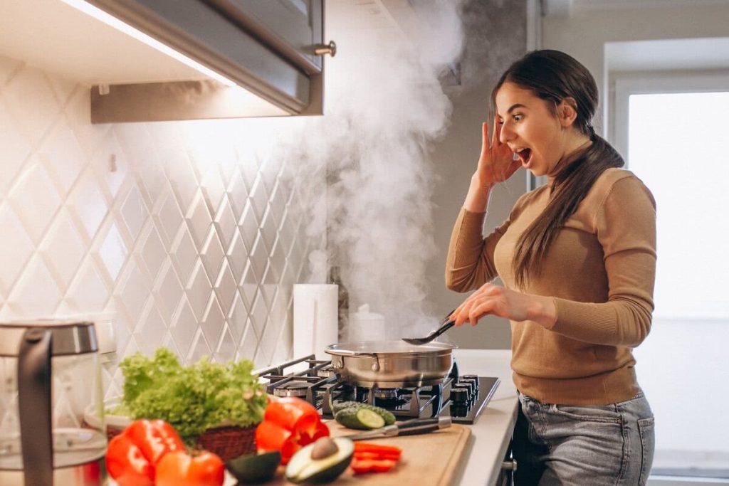 Пар из кастрюли на кухне